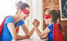 Fille et maman dans le costume de super héros Images libres de droits