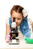 Fille et microscope photo stock