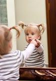 Fille et miroir Image libre de droits