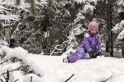Fille et neige photos stock
