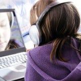 Fille et ordinateur portatif Photo libre de droits