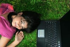 Fille et ordinateur portatif photographie stock