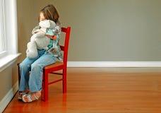 Fille et ours à l'hublot Image libre de droits