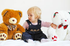 Fille et ours Images stock