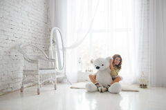 Fille et ours de nounours Photos stock
