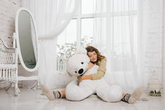 Fille et ours de nounours Photo stock