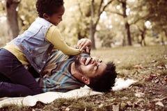 Fille et père d'afro-américain dans le pré Photo libre de droits