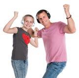 Fille et père de sourire dans des écouteurs écoutant la musique Photos libres de droits