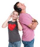 Fille et père de sourire dans des écouteurs écoutant la musique Photographie stock libre de droits