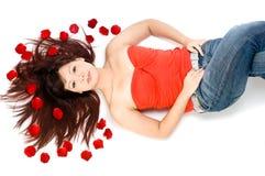 Fille et pétales de Rose Images libres de droits