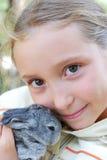 Fille et petit lapin Photos stock