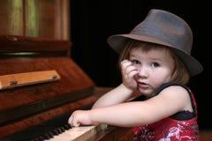 Fille et piano Photos libres de droits
