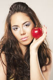Fille et pomme rouge Photo stock