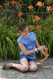 Fille et poupée jointe Image libre de droits
