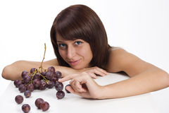 Fille et raisins Images stock