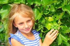Fille et raisins Photos libres de droits