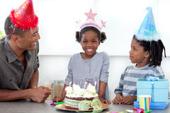 Fille et sa famille célébrant son anniversaire Image stock
