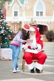 Fille et Santa Claus Using Digital Tablet Photo libre de droits