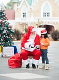 Fille et Santa Claus With Wish Letter Photo stock