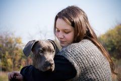 Fille et son chiot gris de corso de canne Image stock