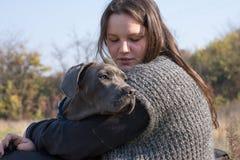 Fille et son chiot gris de corso de canne Image libre de droits