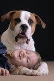 Fille et son crabot Photo libre de droits
