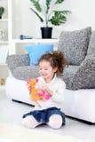 Fille et son jouet mou préféré Photo stock