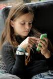 Fille et son téléphone portable photographie stock libre de droits