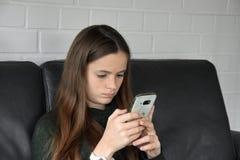 Fille et son téléphone portable photo libre de droits