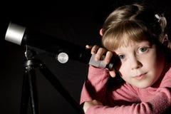 Fille et télescope image libre de droits