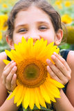 Fille et tournesol de l'adolescence de beauté Photos stock