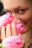 Fille et tulipes images libres de droits