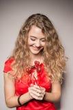 Fille et un bouquet des coeurs Image stock