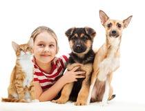 Fille et un chat et un chien Image libre de droits