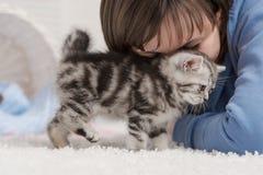 Fille et un chaton Image libre de droits