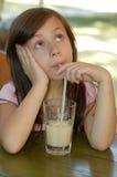 Fille et une boisson Photographie stock