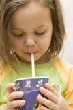 Fille et une boisson Image stock