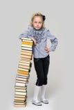 Fille et une pile grande de livres Photo libre de droits