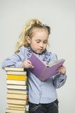 Fille et une pile grande de livres Photos libres de droits