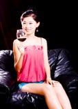 Fille et vin rouge photographie stock libre de droits