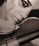 Fille et violon pleurants Photographie stock