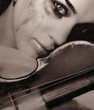 Fille et violon pleurants Photographie stock