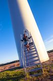 Fille et windturbine Photographie stock