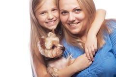 Fille et Yorkshire Terrier heureux de mère de famille Images libres de droits