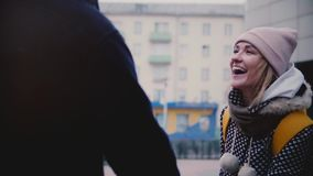 Fille européenne de sourire heureuse de mouvement lent jeune dans des promenades de vêtements d'hiver dehors une date avec son am clips vidéos