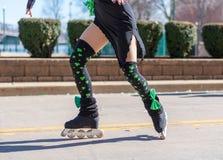 Fille exécutant la danse irlandaise sur des lames de rouleau dans le défilé du jour de St Patrick images libres de droits