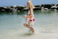 Fille exécutant par l'océan Photographie stock libre de droits