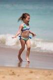 Fille exécutant sur la plage Photo libre de droits