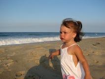Fille exécutant sur la plage photo stock