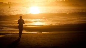 Fille exécutant sur la plage Images libres de droits